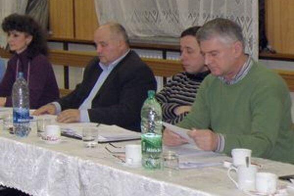Ján Prekop (druhý zľava) bol v minulom volebnom období poslancom obecného zastupiteľstva.