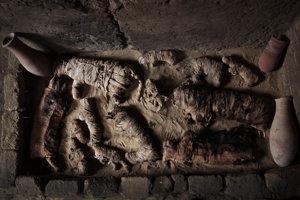 Mačacie múmie vo vnútri faraónskej hrobky. V starovekom Egypte boli mačky mumifikované a pochovávané ako obetné dary, kým ľudí mumifikovali preto, aby si v posmrtnom živote zachovali svoje telo.
