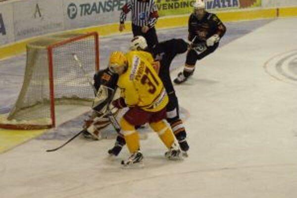 Trenčan Tvrdoň (žltom) vymyslel rozhodujúcu gólovú prihrávku pre Gašparoviča.