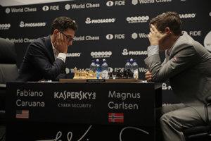 Fabiano Caruana (vľavo) v treťom zápase o titul majstra sveta proti Magnusovi Carlsenovi.