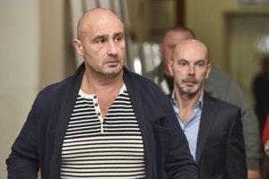 Zľava obžalovaný Ľuboš F., obžalovaný Richard B. pred súdnym pojednávaním na Okresnom súde Bratislava I. v kauze vraždy bosa Miroslava Sýkoru 13. novembra 2018 v Bratislave.