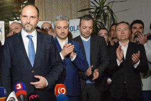 František Ténai (vpravo) počas prvého brífingu novozvoleného primátora Jaroslava Polačeka.