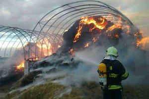 Požiar skladov slamy zamestnáva hasičov z viacerých okresov.