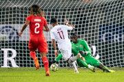 Akram Afif (v strede) strieľa viťazný gól proti Švajčiarsku.