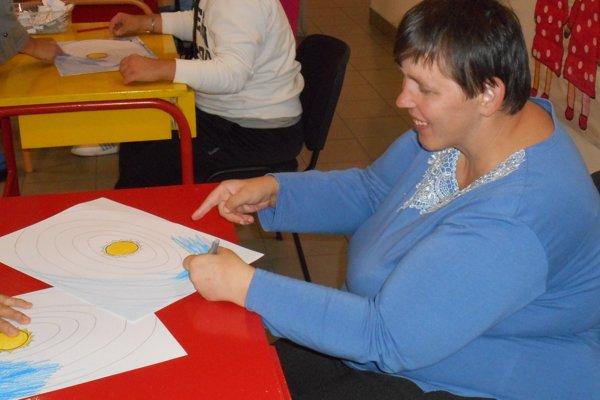 Mládežníci kreslili, lepili, skladali farebný papier.