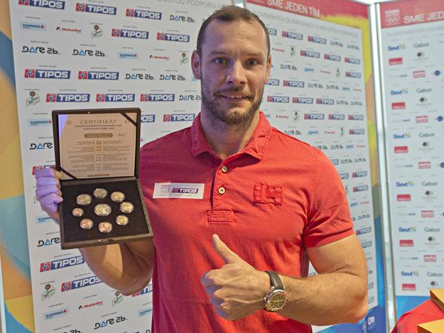 Na snímke slovenský reprezentant v rýchlostnej kanoistike Juraj Tarr so sadou euromincí z kremnickej mincovne.