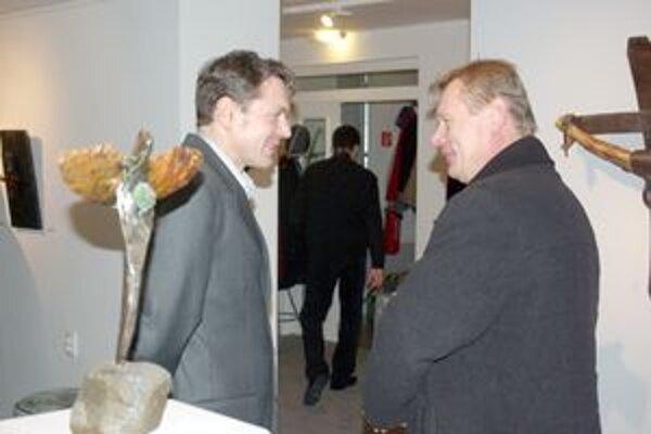 Na vernisáži. Mikovčák (vľavo) v jednom z rozhovorov.