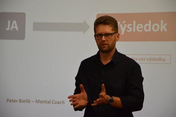 Peter Bielik počas prednášky v Žiline.
