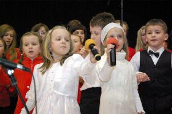 Vystúpenie najmenších počas koncertu absolventov ZUŠ v Považskej Bystrici.