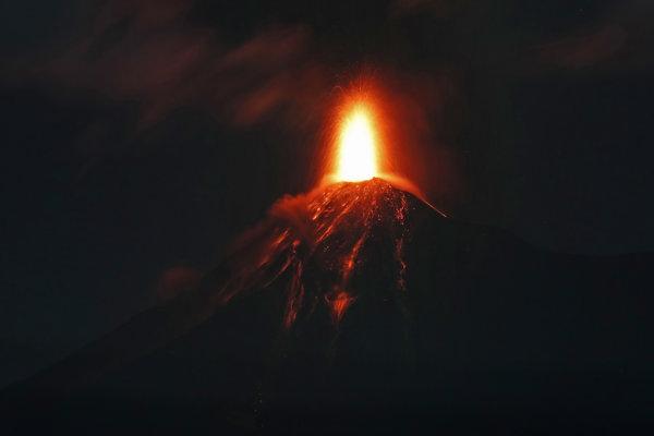 Prebúdzajúca sa sopka Fuego v Guatemale.