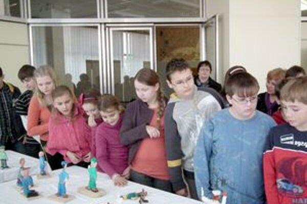 Postavičky, ktoré deti vyrobili, boli vystavené aj v kine Mier.