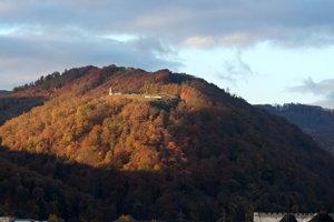 Pohľad na Pustý hrad zo severovýchodu, október 2018.