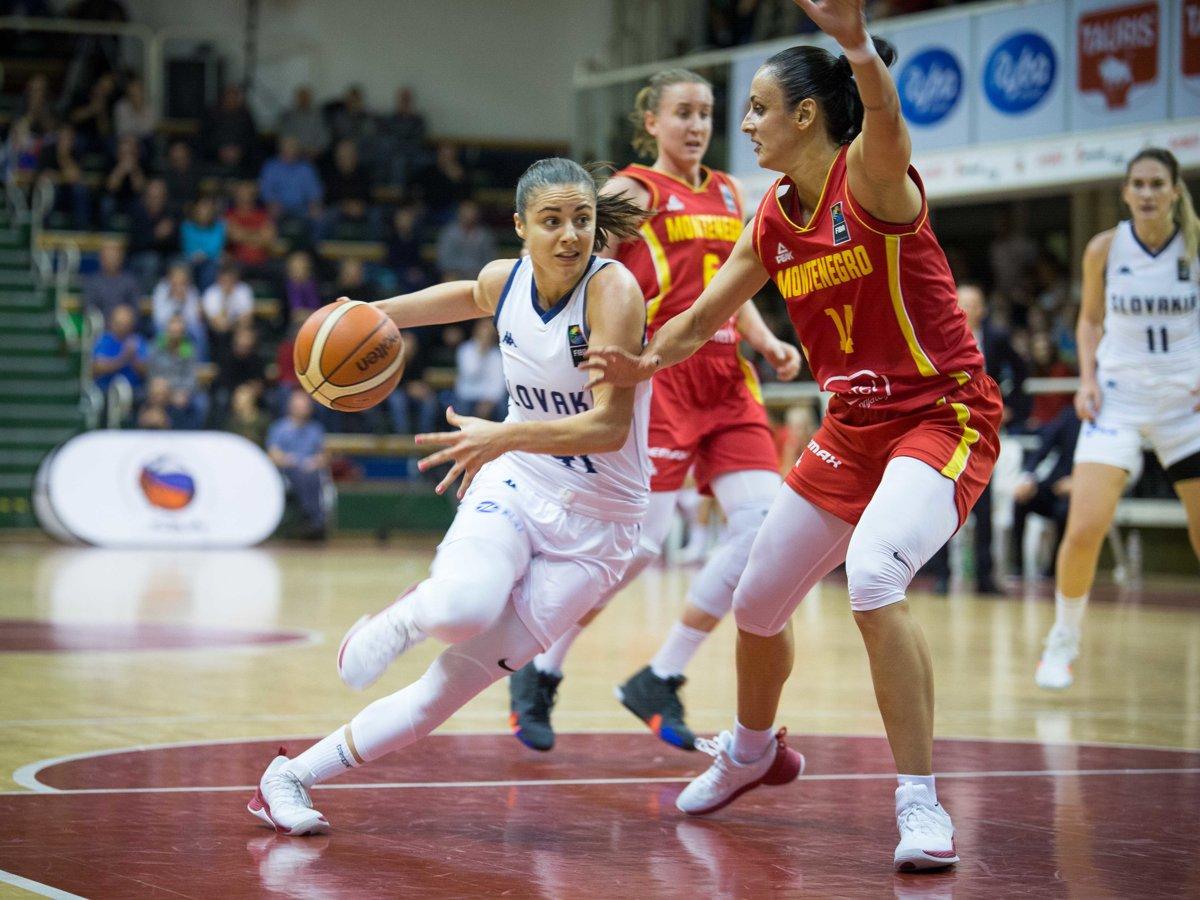 Zľava  Barbora Bálintová zo Slovenska a Milica Jovanovic z Čiernej Hory  počas kvalifikačného zápasu majstrovstiev 160d317f856