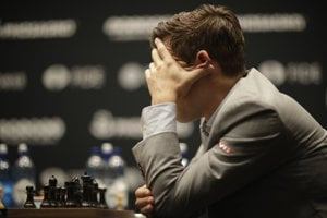 Šachový svetový šampión, nórsky obhajca Magnus Carlsen v súboji so svojím vyzývateľom Američanom Fabianom Caruanom.