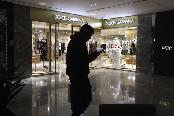 Hoci sa značka D & G pokúša v Číne viac presadiť, nejde o prvé faux pas, ktorého sa dopustila. Naposledy módny dom vzbudil rozhorčenie na sociálnych sieťach reklamami, ktoré ukazovali temné stránky čínskej každodennosti.