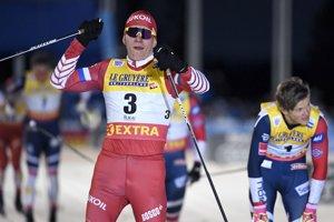 Alexander Bolšunov oslavuje víťazstvo v šprinte.