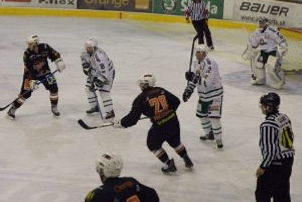 Skaličania (v bielom) nedovolili hráčom slovenskej dvadsiatky ani raz skórovať.