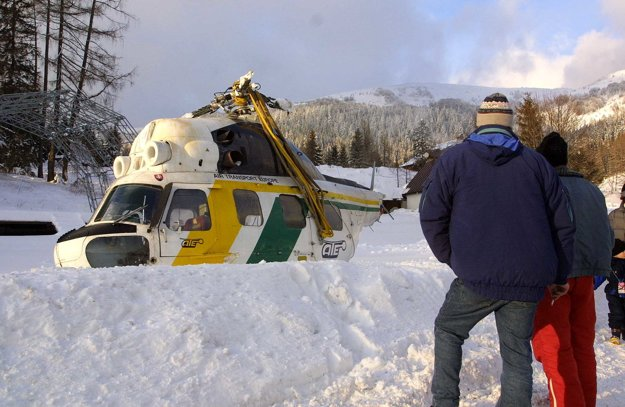 Vrtuľník je pripravený na odstránenie z terénu.