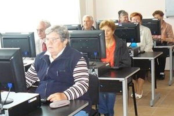 Seniori svorne tvrdia, že hoci začiatky práce s počítačom boli ťažké, treba len vydržať a všetko pôjde.
