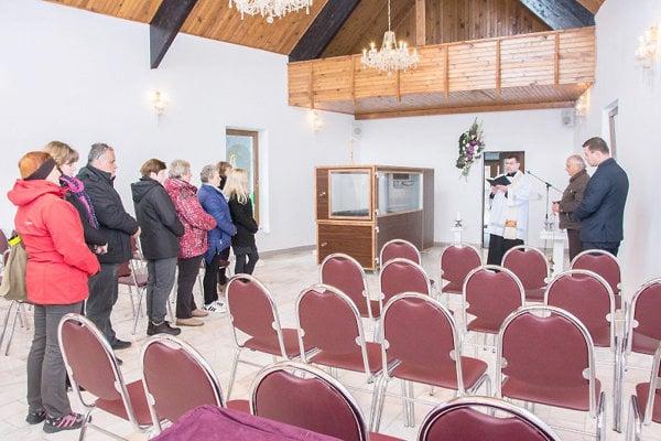 Nový dom smútku požehnal miestny kňaz.