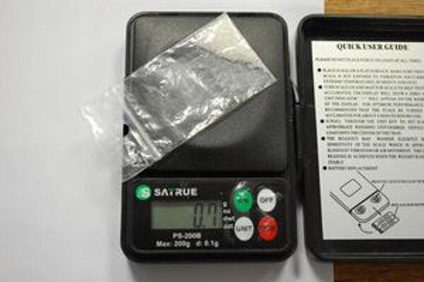 V plastovom vrecúšku našli metamfetamín. Bol zatavený aj v injekčnej striekačke.