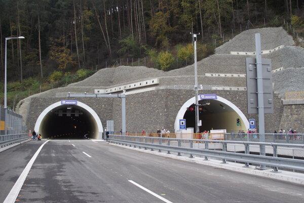 V tuneli Považský Chlmec sa pracuje. Funguje len jeden jazdný pruh.