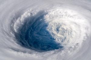 Oko obrovskej búrky Trami vyzerá, ako by niekto odzátkoval veľký odtok na Zemi, píše astronaut ESA Alexander Gerst.
