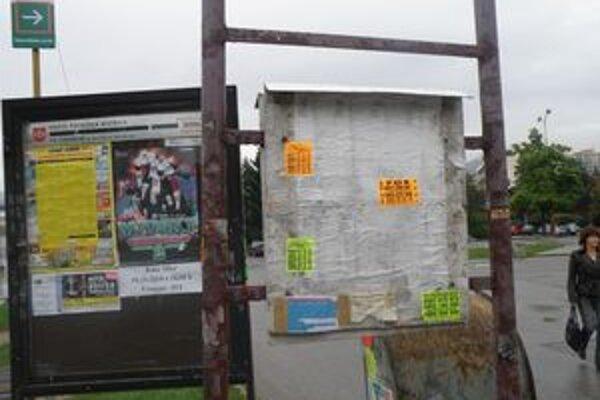 Plagáty či nálepky sú všade - na zastávkach, cestovných poriadkoch i odpadkových košoch.