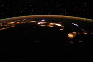 Naľavo od stredu záberu môžete vidieť meteor z roja Lyridy. Podarilo sa ho zachytiť astronautovi Donovi Pettitovi. Záber robil šesť sekúnd.