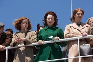Brooklyn. Eilis (Saoirse Ronan v zelenom kabáte) prichádza za šťastím do Spojených štátov.