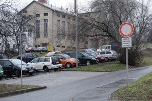 Najbližšie parkovisko pre ZŤP je pred nemocnicou.