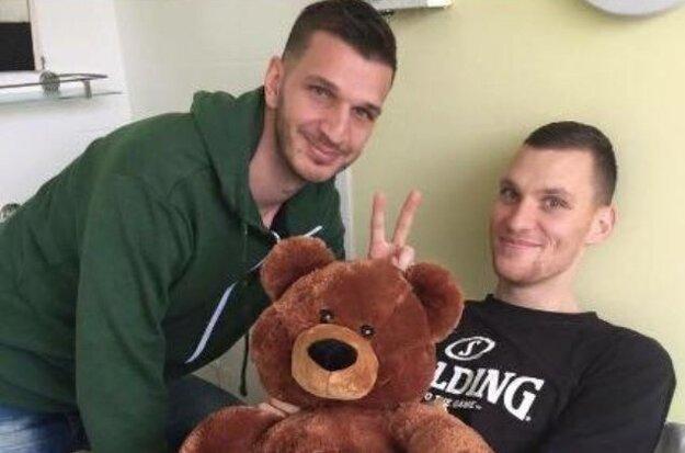 V nemocnici ho navštívilo množstvo basketbalistov.