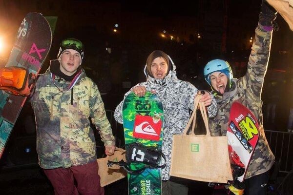 Najlepší snowboardisti. Kordiak stojí vľavo.