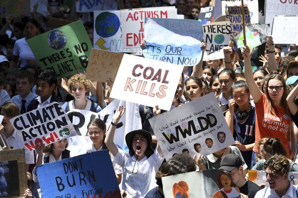 Protest študentov v Austrálií výzývajúcich na boj s klimatickými zmenami.
