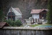 Súčasťou areálu Slotovej haciendy je aj kaplnka, tenisový kurt, jazierko s klembovým mostíkom.