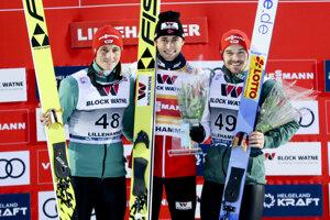 Traja najlepší zo sobotňajších pretekov. Zľava druhý Eric Frenzel, víťaz Jarl Magnus Riiber a tretí Fabian Riessle.