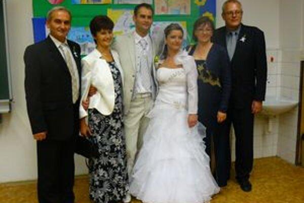 Na referendum prišli mladomanželia aj so svadobnými hosťami.