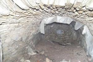 Historická kamenná pivnica vyzerala zaujímavo. Bolo ju treba už len upratať a obmurovať.