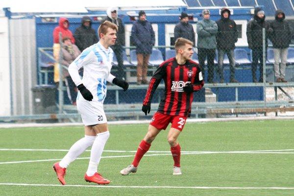 Zľava domáci Michal Cehula a Leonard Bencz z Trnavy, ktorý inak s futbalom začínal v Nitre.