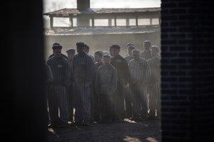 Komparzisti v úlohách deportovaných Židov.
