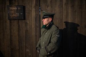 Nemecký vojak v koncentračnom tábore.