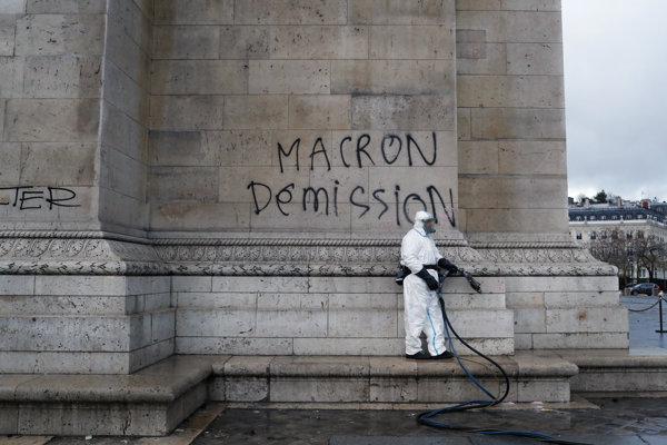 Demisiu prezienta Macrona žiadali demonštranti aj priamo na Víťaznom oblúku.