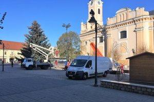 Inštalovanie vianočnej výzdoby na topoľčianskom námestí.
