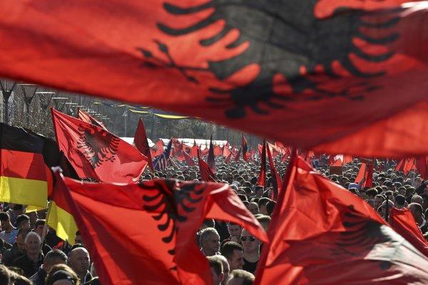 Albánske vlajky v rukách tisícov demonštrantov v kosovskej Prištine počas protivládneho protestu.