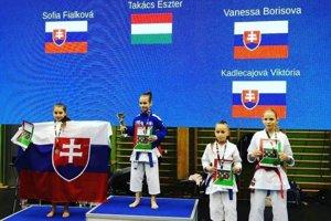 Na striebornom stupienku so slovenskou vlajkou Sofia Fialková