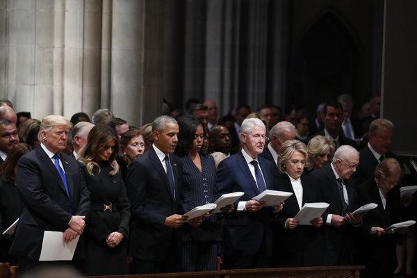 Zľava prezident USA Donald Trump, jeho manželka Melania, exprezident Barack Obama s manželkou Michelle a Bill Clinton s manželkou Hillary.