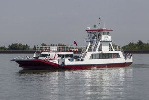 Za 15 rokov prevádzky kompy Ostrava (na snímke) máme zaplatiť 25 miliónov eur, zmluva však nemá limit.  Loď bola vyrobená skôr, ako štát zverejnil technické požiadavky.