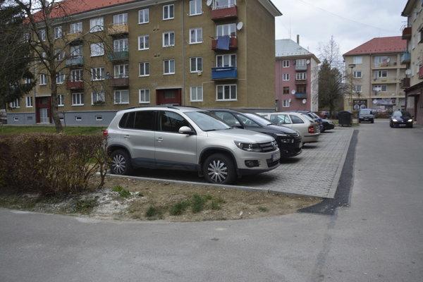 Pribudli parkovacie plochy.