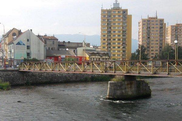 Denne po moste prejde podľa posledného sčítania priemerne  osemtisíc ľudí.  Je to rýchla spojnica medzi železničnou a autobusovou stanicou a centrom Ružomberka.