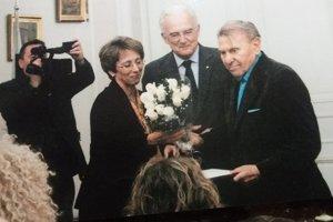 Slovenský veľvyslanec Pavel Líška odovzdáva Gyulovi Kosicemu čestné občianstvo mesta Košice.